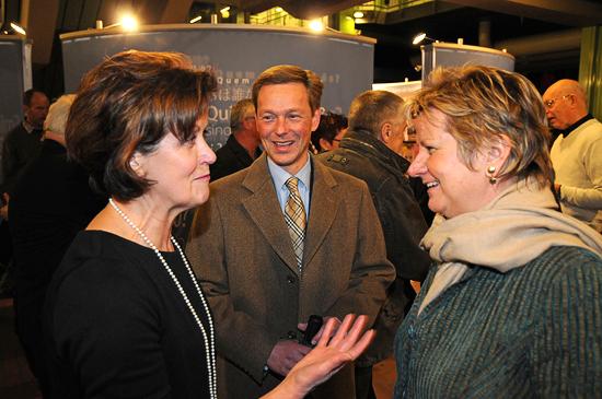 Sylvia Löhrmann, stv. Ministerpräsidentin des Landes NRW im Gespräch mit Edeltraud Messing von der Bocholter Lernwerkstatt (links), und Bocholts Erstem Stadtrat Thomas Waschki (Mitte)