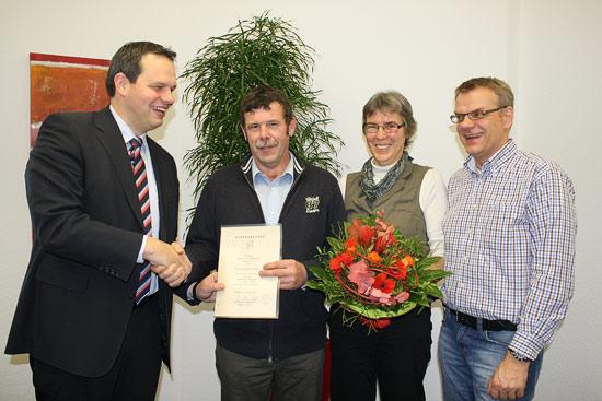 Bürgermeister Andreas Grotendorst (links) und Stefan Bröker (rechts im Bild) vom Personalrat gratulierten Thomas Brömmel und seiner Ehefrau.