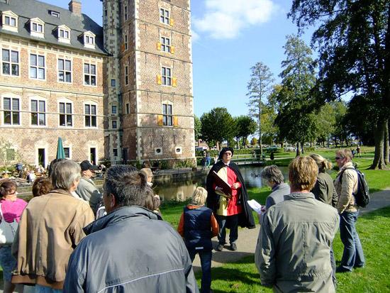 Walter Großewilde nimmt die Besucher mit auf eine spannende Reise in die Vergangenheit des historischen Wasserschlosses Raesfeld.