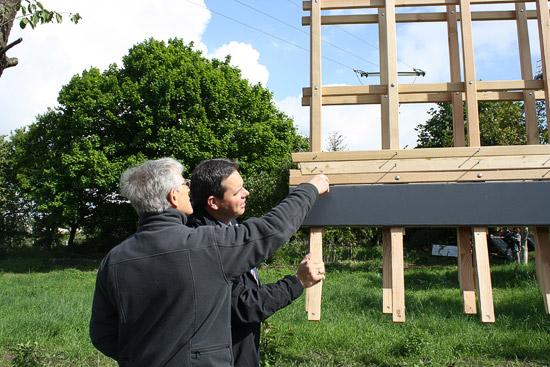 Johannes Kempken vom Erler Heimatverein und Bürgermeister Andreas Grotendorst begutachten die neuen Flügel vor der Montage.  (Foto: Gemeinde Raesfeld)