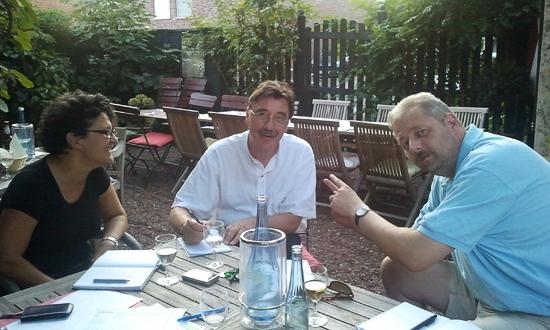 v.l.n.r.: Mercedes Gonzales, Lothar Mittag und Christoph Berghorn bei den Vorbereitungen.