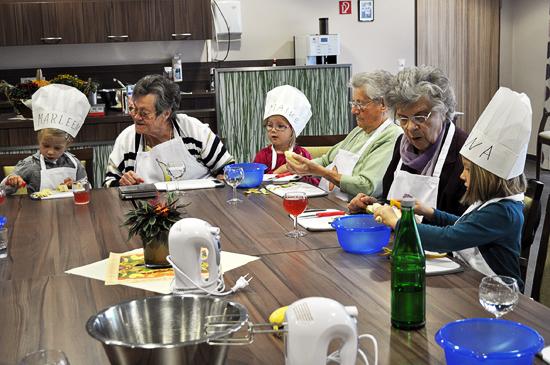 """Viel Spaß haben die Kinder und Senioren beim gemeinsamen """"Kochen mit Tim Topf"""""""